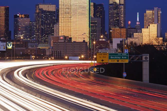 Traffico autostradale al tramonto sull'autostrada I-30, Dallas, USA — Foto stock