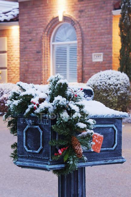 Cassetta postale con filiale natalizia in inverno a McKinney, Texas, USA — Foto stock