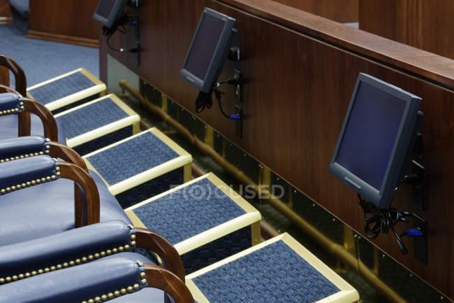 Affichage des écrans dans la boîte de jury dans le palais de justice de Dallas, Texas, Etats-Unis — Photo de stock