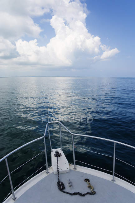 Scenic view of ocean horizon from boat bow — Stock Photo