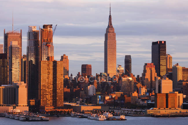 NYC skyline skyscrapers in downtown of city, USA — Stock Photo