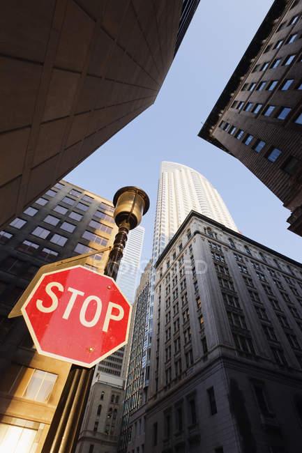 Arranha-céus da cidade e sinal de parada no centro de Toronto, Canadá — Fotografia de Stock
