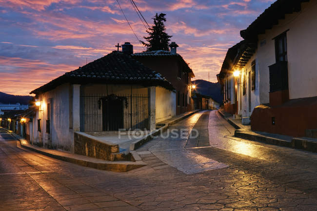 Bisecting street with lights at dawn, Chiapas, Mexico — стокове фото