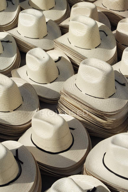 Стаи традиционных мексиканских соломенных шляп — стоковое фото