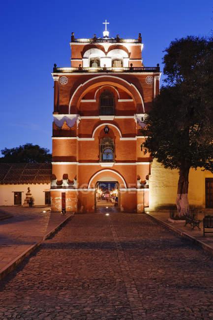 El Arco del Carmen at dusk in San Cristobal de las Casas, Mexico — стокове фото