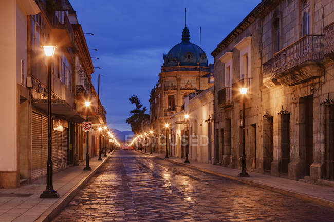 Street lights on empty street in Oaxaca, Mexico — Foto stock