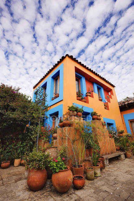 Courtyard of colorful hotel building in San Cristobal de las Casas, Mexico — стокове фото