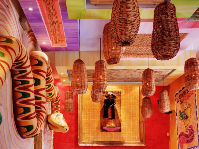 Интерьер художественного зала в Сан-Кристобаль-де-лас-Касас, Мексика — стоковое фото