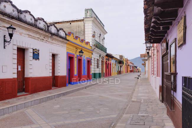 Colorful buildings on urban street of San Cristobal de las Casas, Mexico — стокове фото
