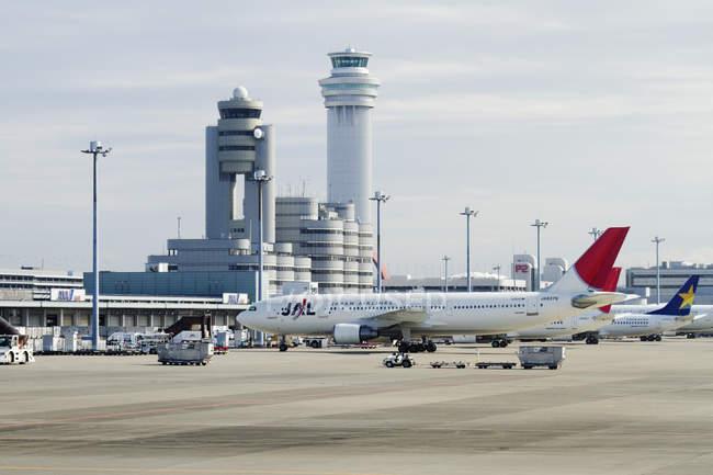 Злітній смузі аеропорту і будівлі в Токіо, Японія — стокове фото