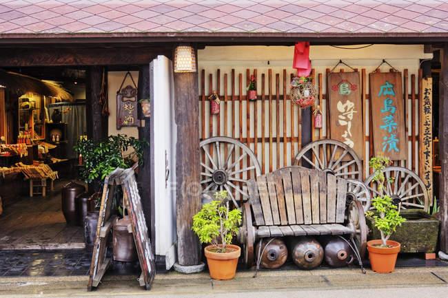 Старомодний японський ресторан на при Іцукусіма острова, Японія — стокове фото