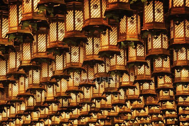 Освітлена, висячі ліхтарі, острів Хонсю, Японія, Азії при Іцукусіма острова, Японія — стокове фото