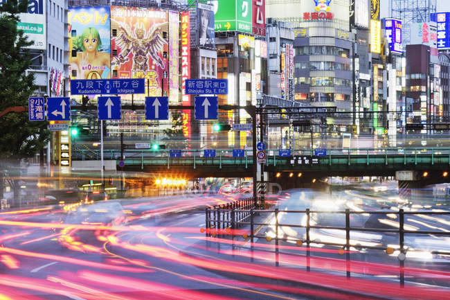 Trafic du centre japonais au crépuscule à Tokyo, Japon — Photo de stock