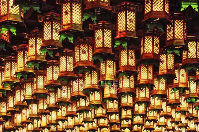 Азіатський ліхтарі відсторонені від стелі при Іцукусіма острова, Японія — стокове фото
