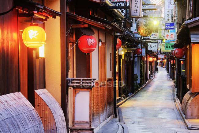 Signes d'affaires japonais dans une rue piétonne à Kyoto, Japon — Photo de stock