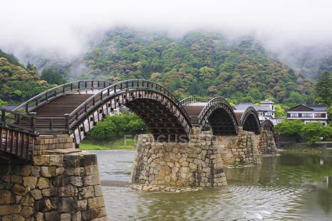 Ponte pedonale asiatico sul fiume a Iwakuni, Giappone — Foto stock