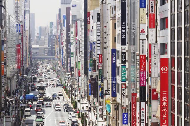Signes urbains dans le quartier du centre d'affaires à Tokyo, Japon — Photo de stock