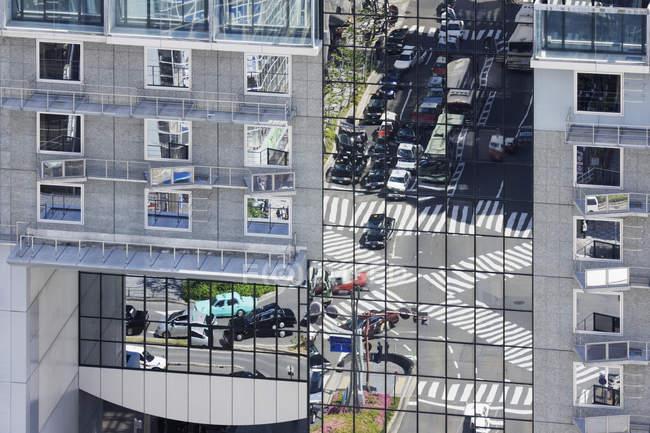 Calle reflejo en superficie del edificio, Tokio, Japón - foto de stock