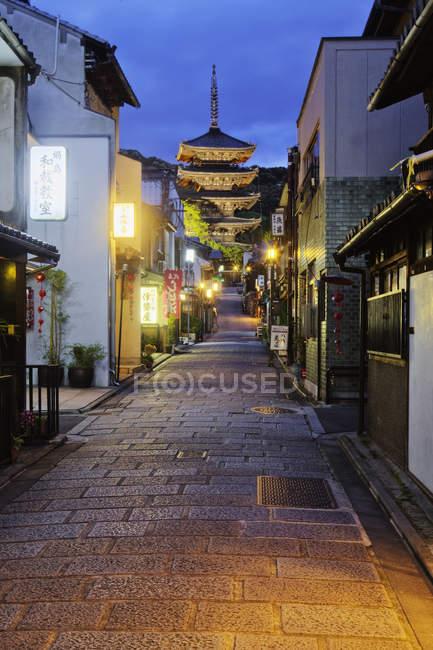 Pagode ao anoitecer, no final da rua estreita em Kyoto, Japão — Fotografia de Stock