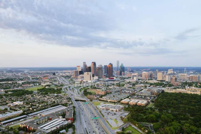 Orizzonte di Dallas in pieno giorno con grattacieli, Stati Uniti d'America — Foto stock