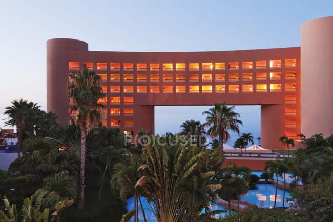 Moderne Architektur des tropischen Resorthotels mit beleuchteten Fenstern — Stockfoto