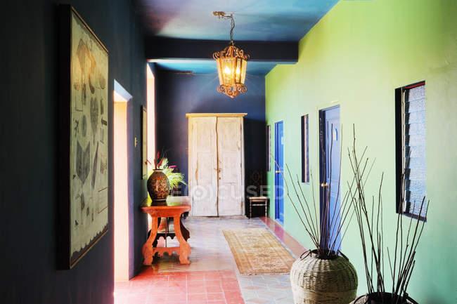 Corredor interior con decoraciones y jarrones en Baja California, México - foto de stock