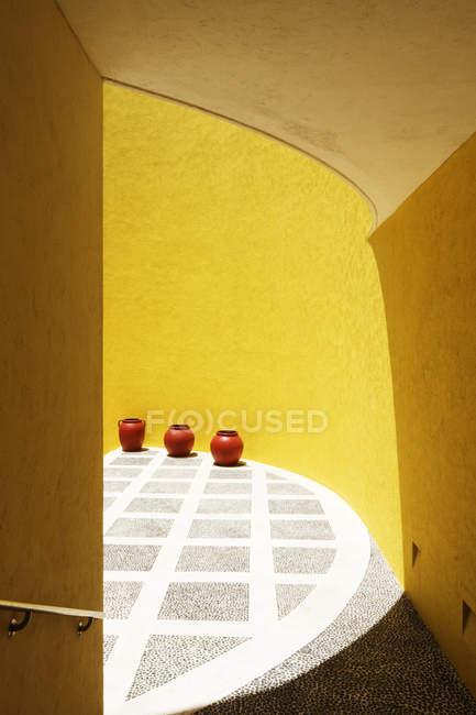 Corridoio interno con decorazioni in vaso vintage sul pavimento — Foto stock