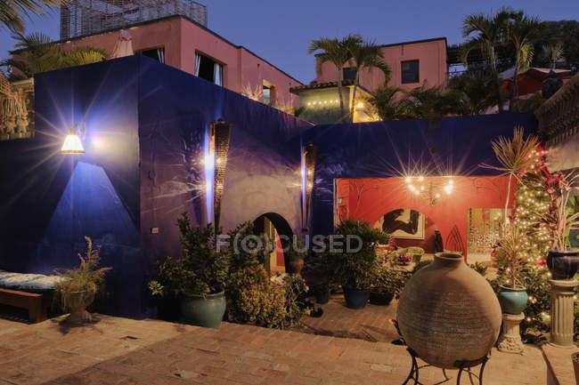 Освітлення будівлі внутрішній дворик готелю Каліфорнії в Мексиці — стокове фото