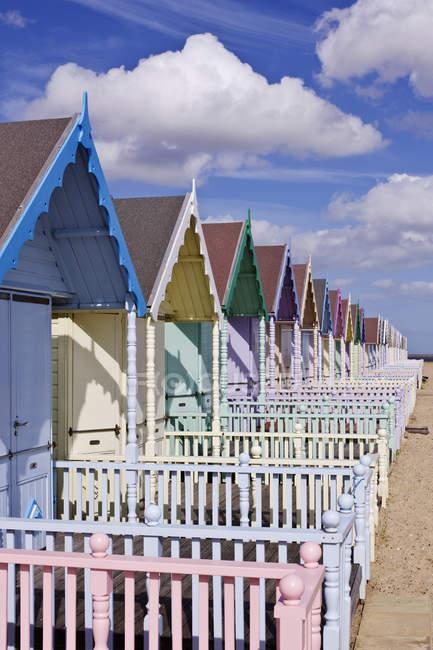 Ряд барвистих хатин пляж в Англії, Великобританії, Європі — стокове фото
