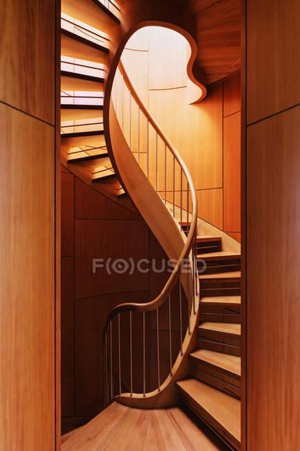 Абстрактні гвинтові сходи будинку в Далласі, штат Техас, США — стокове фото