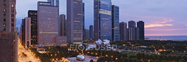 Innenstadt von Chicago mit Blick auf Millennium Park im Morgengrauen, USA — Stockfoto