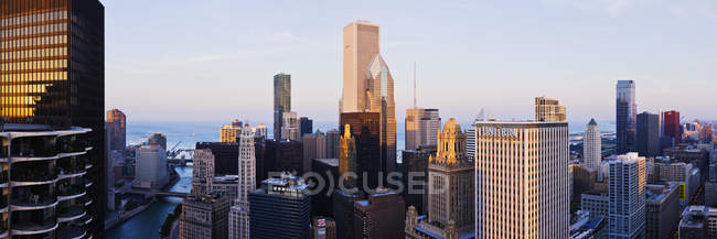 Paisaje urbano de Chicago con rascacielos en el centro, Estados Unidos - foto de stock