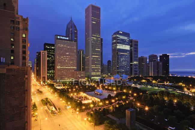 Millennium Park à Chicago avec des gratte-ciel au centre-ville, États-Unis — Photo de stock