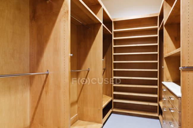 Empty walk-in closet in Dallas, Texas, USA — Stock Photo