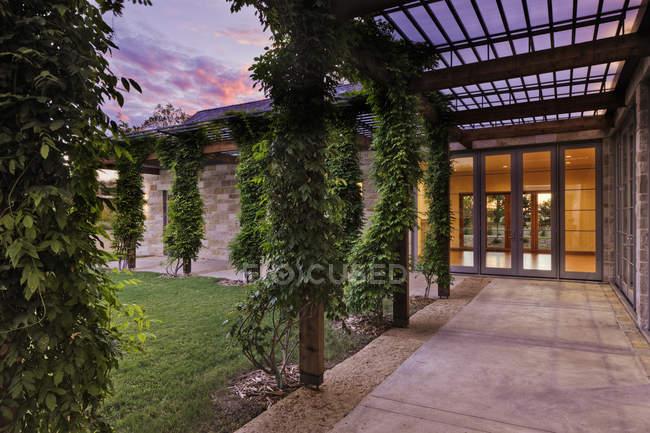 Poteaux enveloppés de lierre sur le patio à Dallas, Texas, États-Unis — Photo de stock
