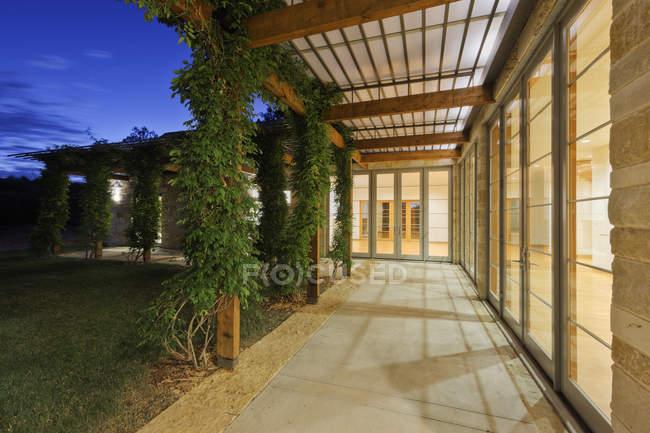 Passerelle extérieure sur la maison moderne à Dallas, Texas, États-Unis — Photo de stock