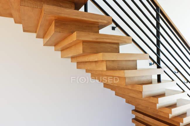Moderne hölzerne treppe in Dallas, texas, usa — Stockfoto