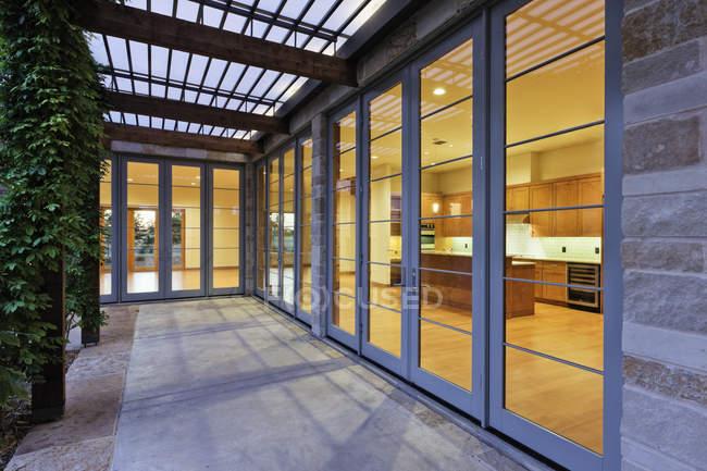Modern home kitchen seen through glass doors in Dallas, Texas, USA — Fotografia de Stock