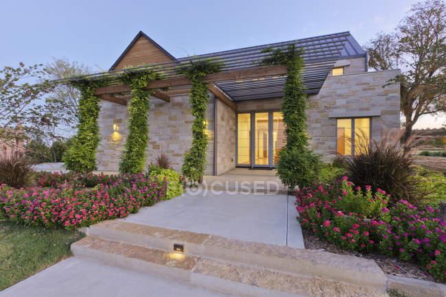 Extérieur de maison écoénergétique en Dallas, Texas, États-Unis — Photo de stock