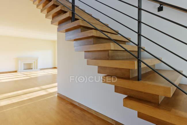 Сучасні дерев'яні сходи в будинку в Далласі, штат Техас, США — стокове фото