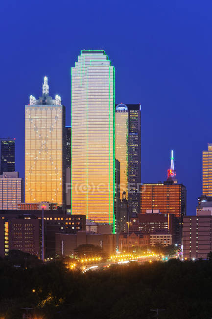 Downtown Dallas skyline at dusk with illuminating skyscrapers, USA — Stock Photo