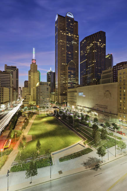 Main street garden park in downtown Dallas, USA — Stock Photo