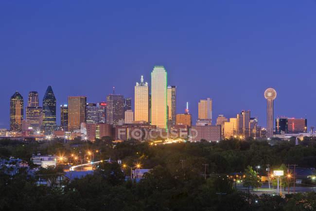 Innenstadt von Dallas Skyline in der Abenddämmerung mit Wolkenkratzern, USA — Stockfoto