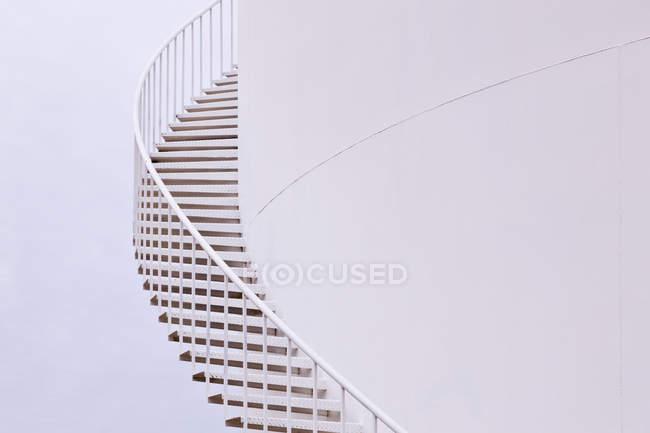Escaleras de silo sinuosas blancas en el país de Texas, Estados Unidos - foto de stock