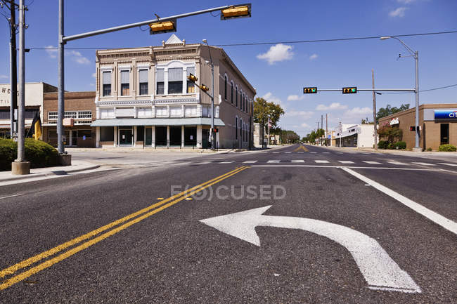 Left turn arrow on urban street of city of Comanche, Texas — Foto stock