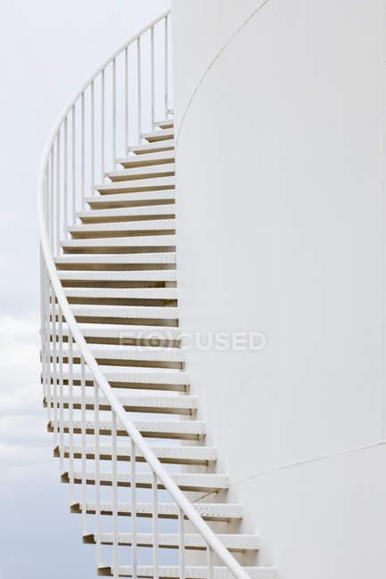 Escaleras del tanque de almacenamiento de agua blanca en Texas, Estados Unidos - foto de stock