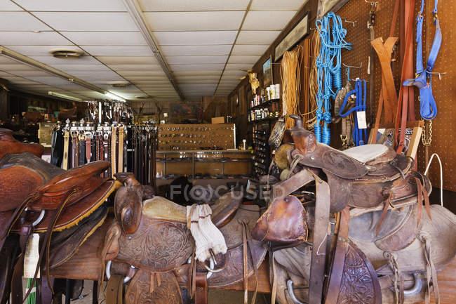 Saddle shop interior in Comanche, Texas, Estados Unidos - foto de stock