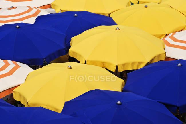 Paraguas coloridos en el complejo de Liguria, Italia, Europa - foto de stock
