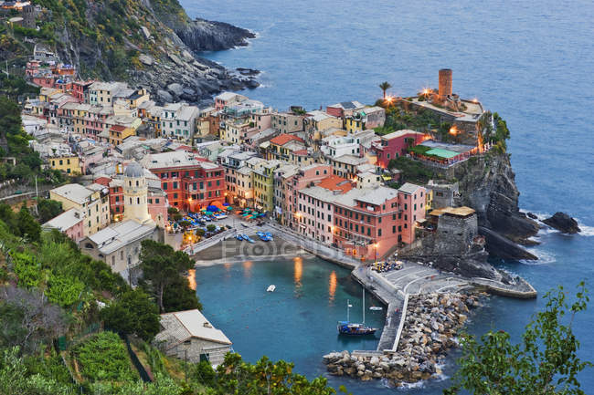 Elevated view of Vernazza houses at dusk in Italy, Europe — Stock Photo
