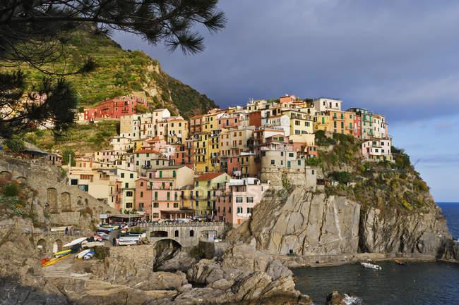 Paisagem da cidade de Manarola ao anoitecer na Itália, Europa — Fotografia de Stock